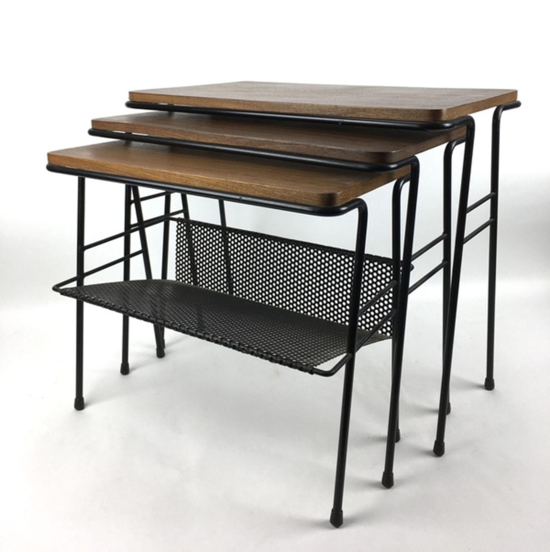 (Design) BijzettafelsSet van drie nestende bijzettafels, draad met hout. Kleinste tafel met gep