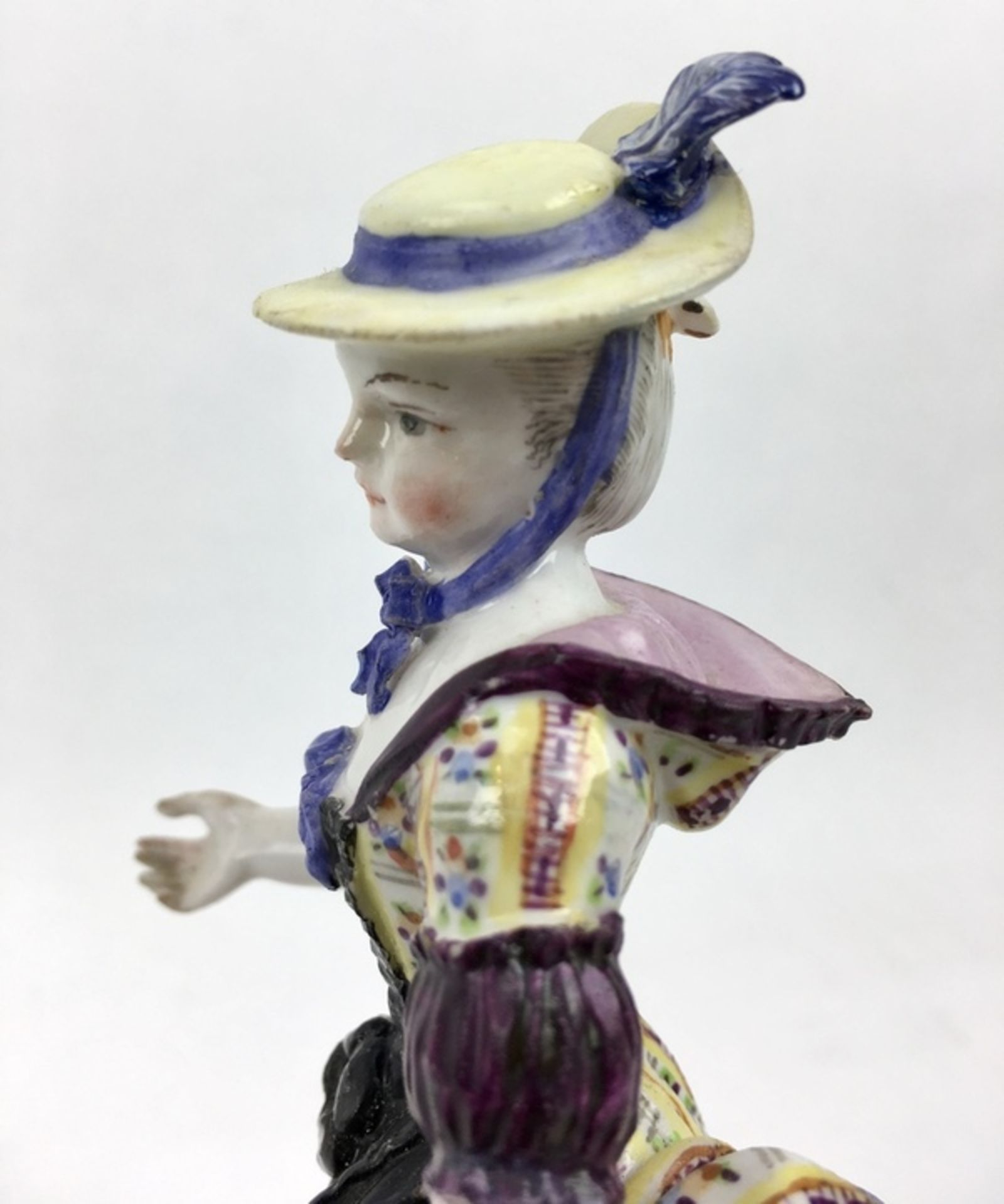 (Antiek) Vrouw, Meissen beeldMeissen porseleinen beeld van een vrouw, model F31. Aan de onderka - Image 8 of 9