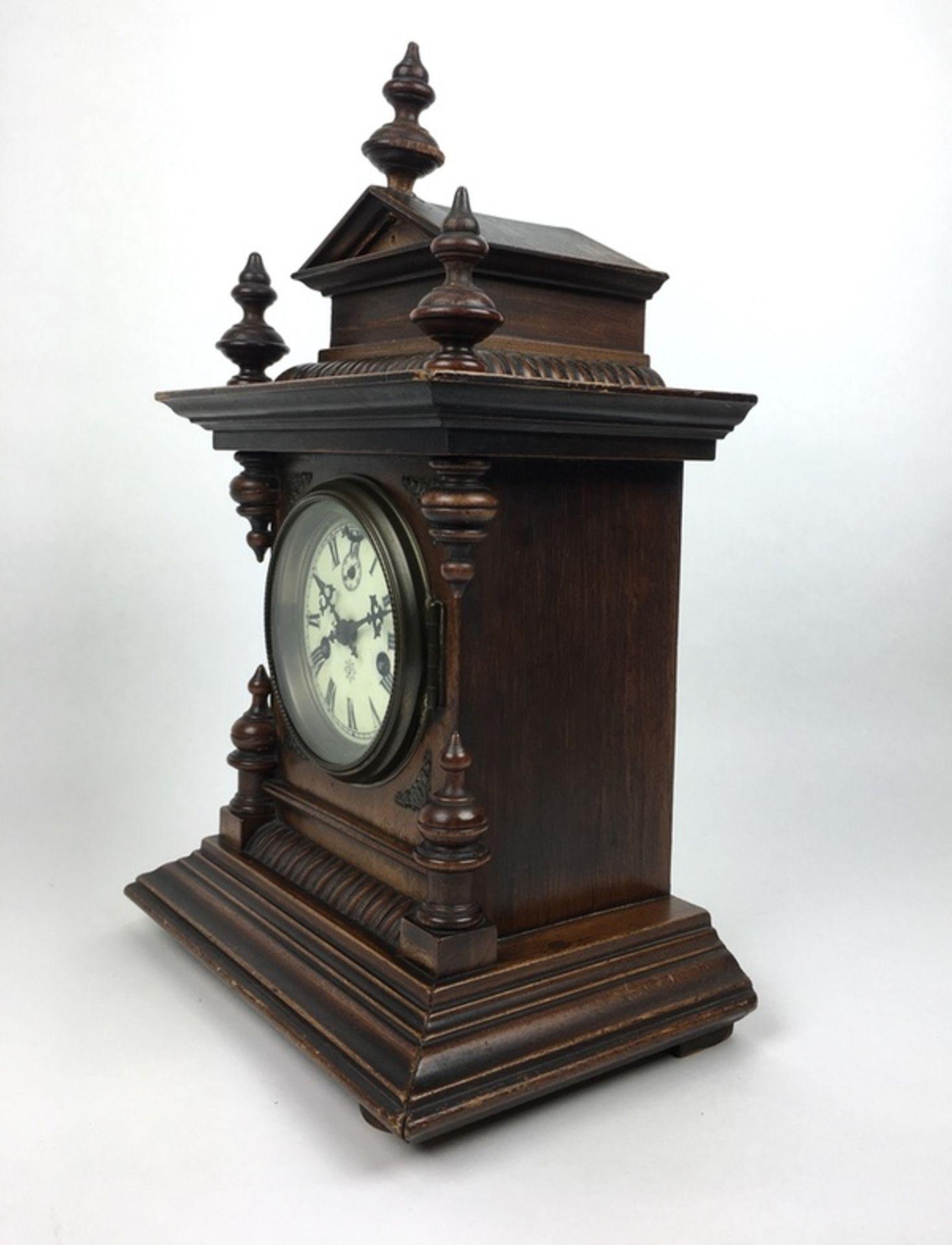 (Antiek) Tafelklok, JunghansHouten tafelklok met Junghans uurwerk en wekker. Emaille wijzerplaa - Image 4 of 7