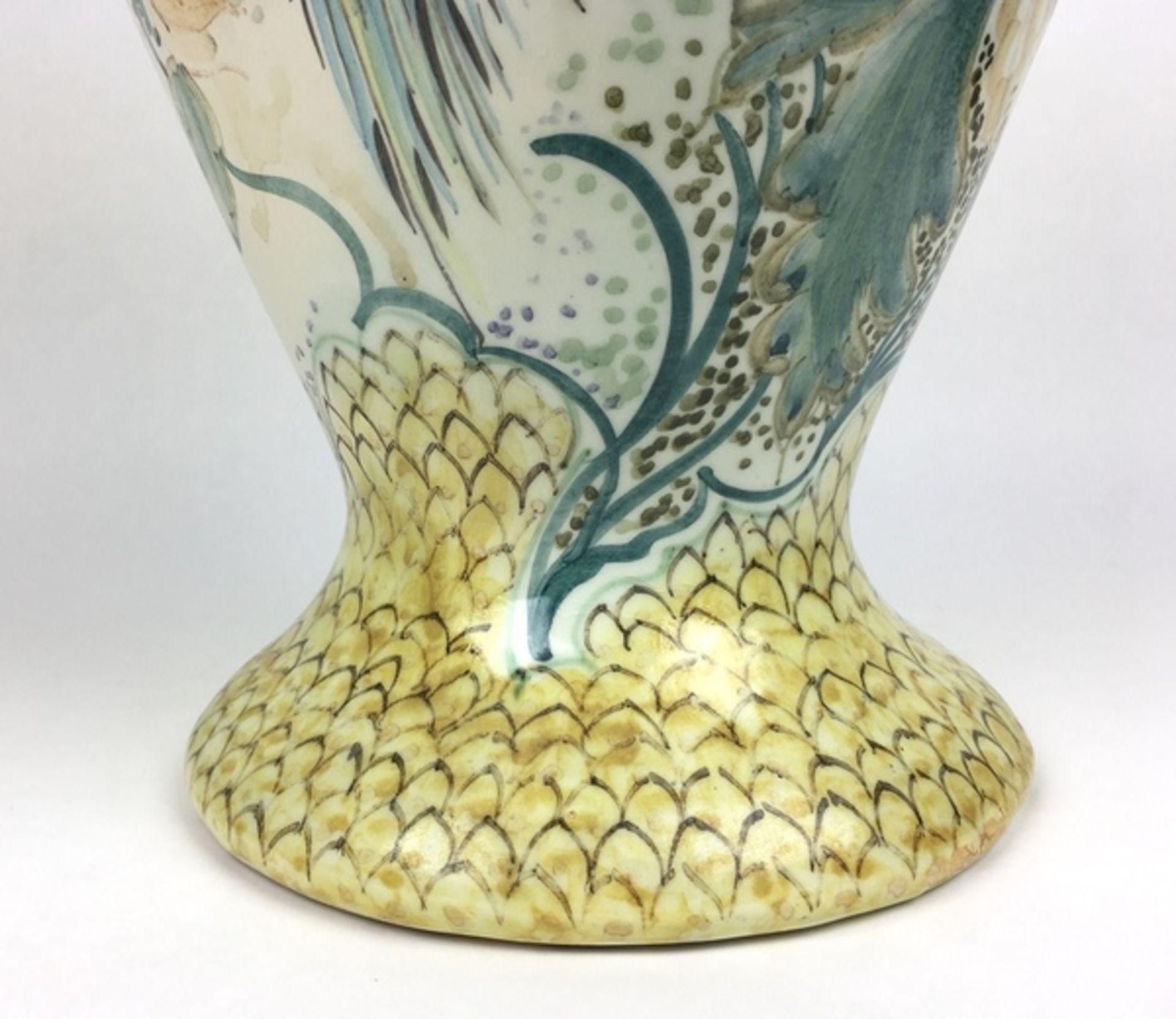 (Toegepaste Kunst) Plateel vaas, Gouda HollandPolychroom gedecoreerde vaas. Gemerkt Gouda Holla - Image 6 of 9