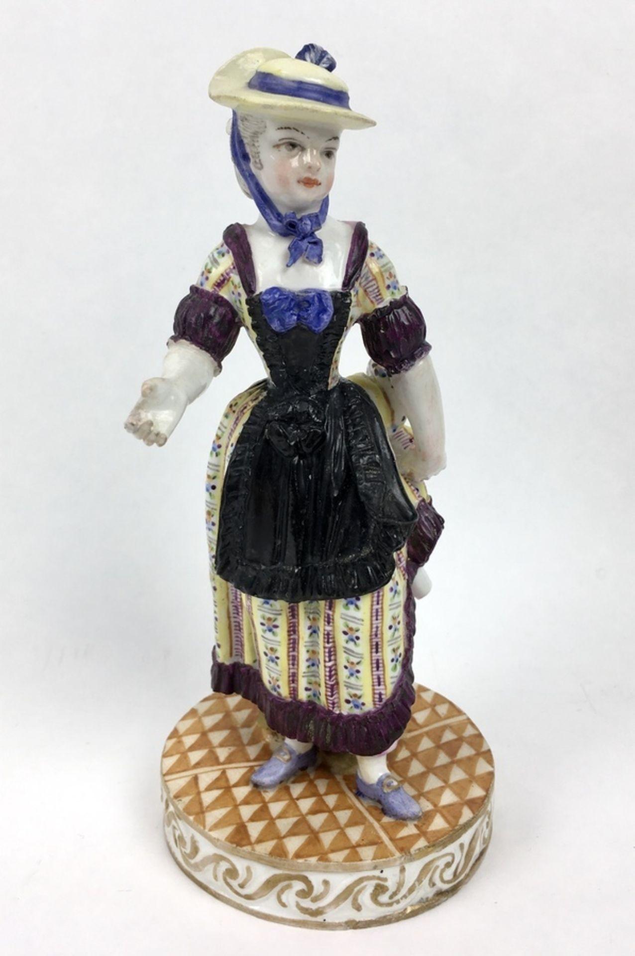 (Antiek) Vrouw, Meissen beeldMeissen porseleinen beeld van een vrouw, model F31. Aan de onderka