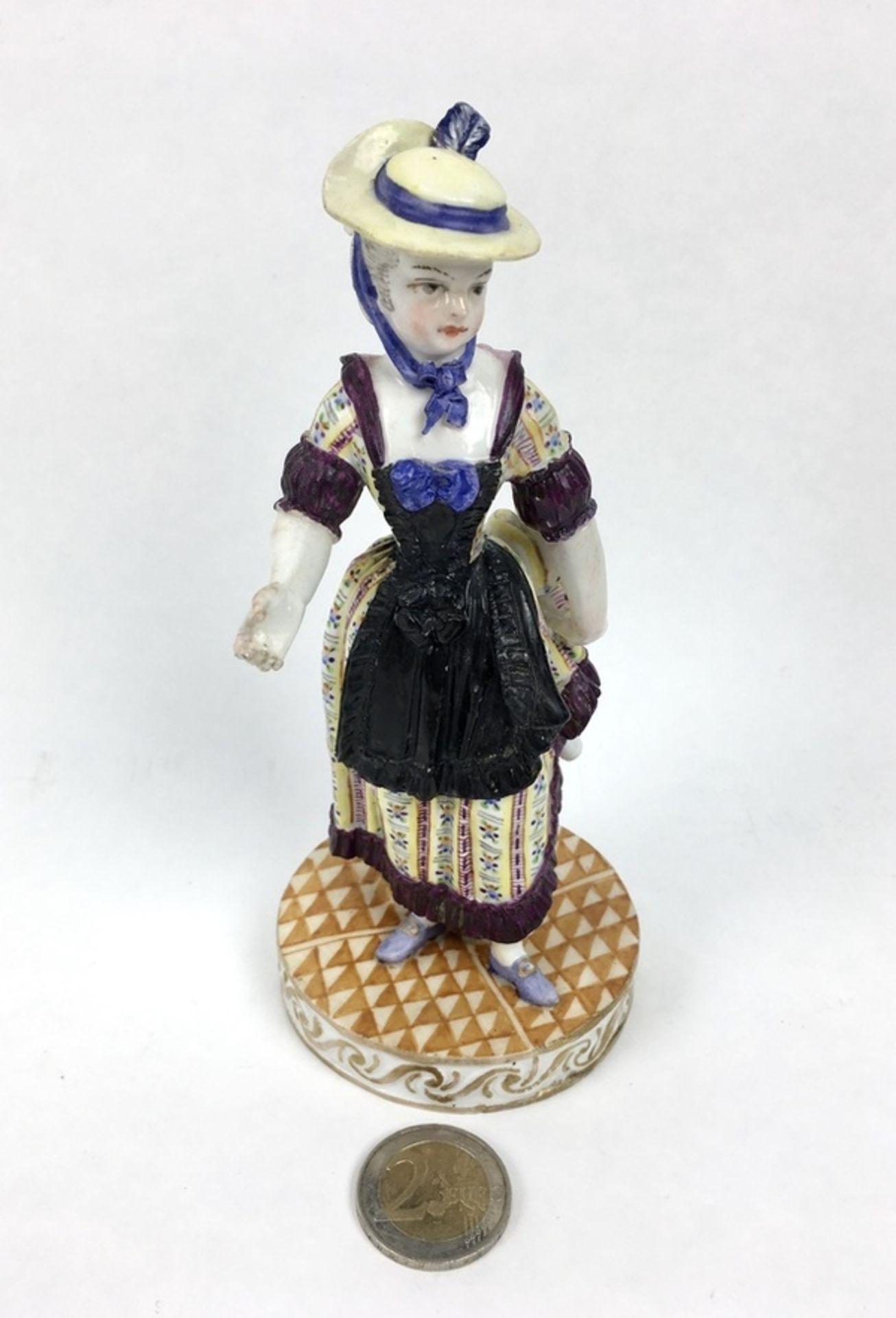 (Antiek) Vrouw, Meissen beeldMeissen porseleinen beeld van een vrouw, model F31. Aan de onderka - Image 5 of 9