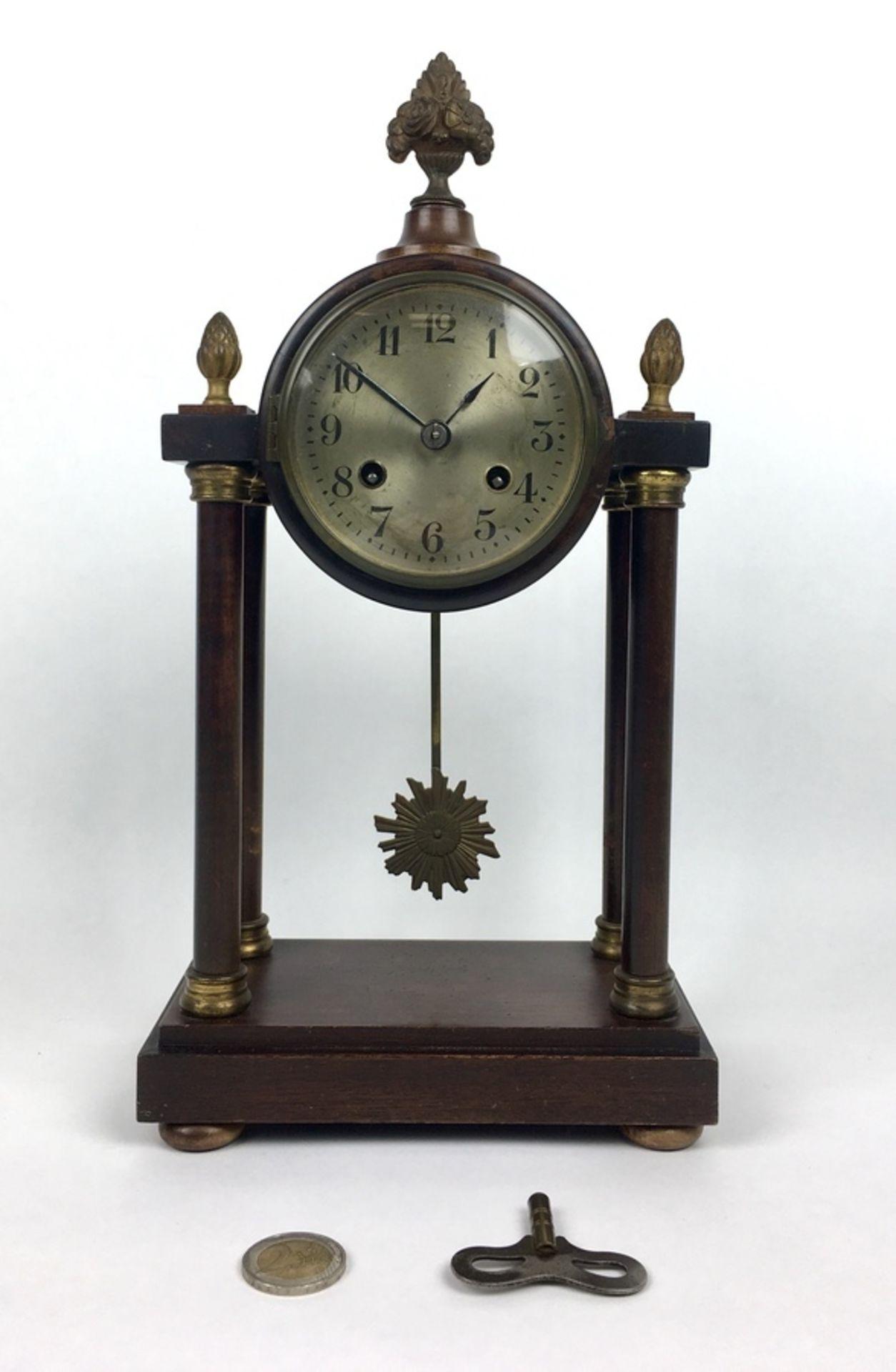 (Klokken) KolomklokFranse kolomklok, wijzerplaat met Arabische cijfers en zonne slinger. Circa - Image 2 of 7
