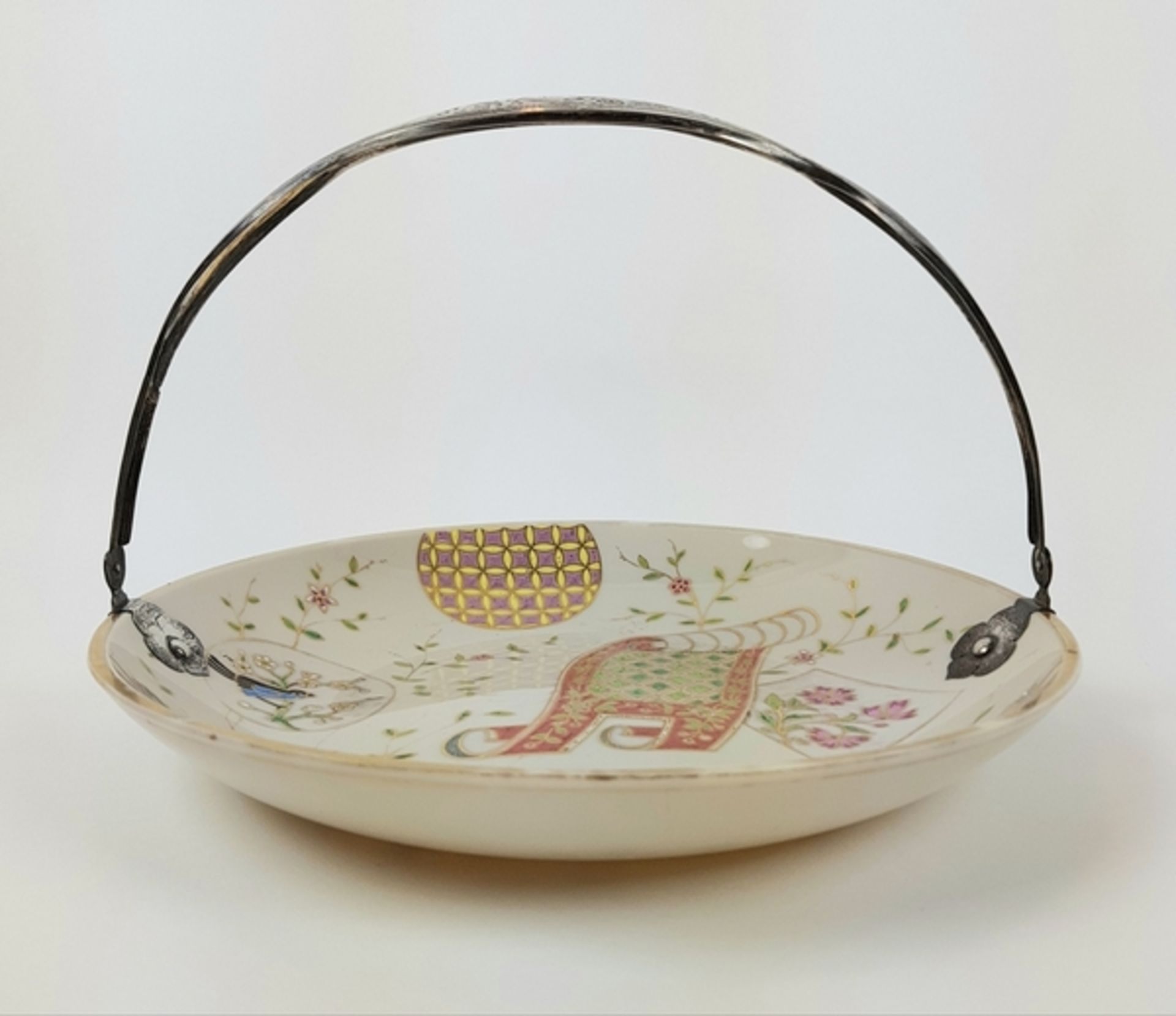 (Antiek) Serveerschaal met zilveren hengselBeschilderde opaline schaal met zilveren hengsel, ci - Image 2 of 8