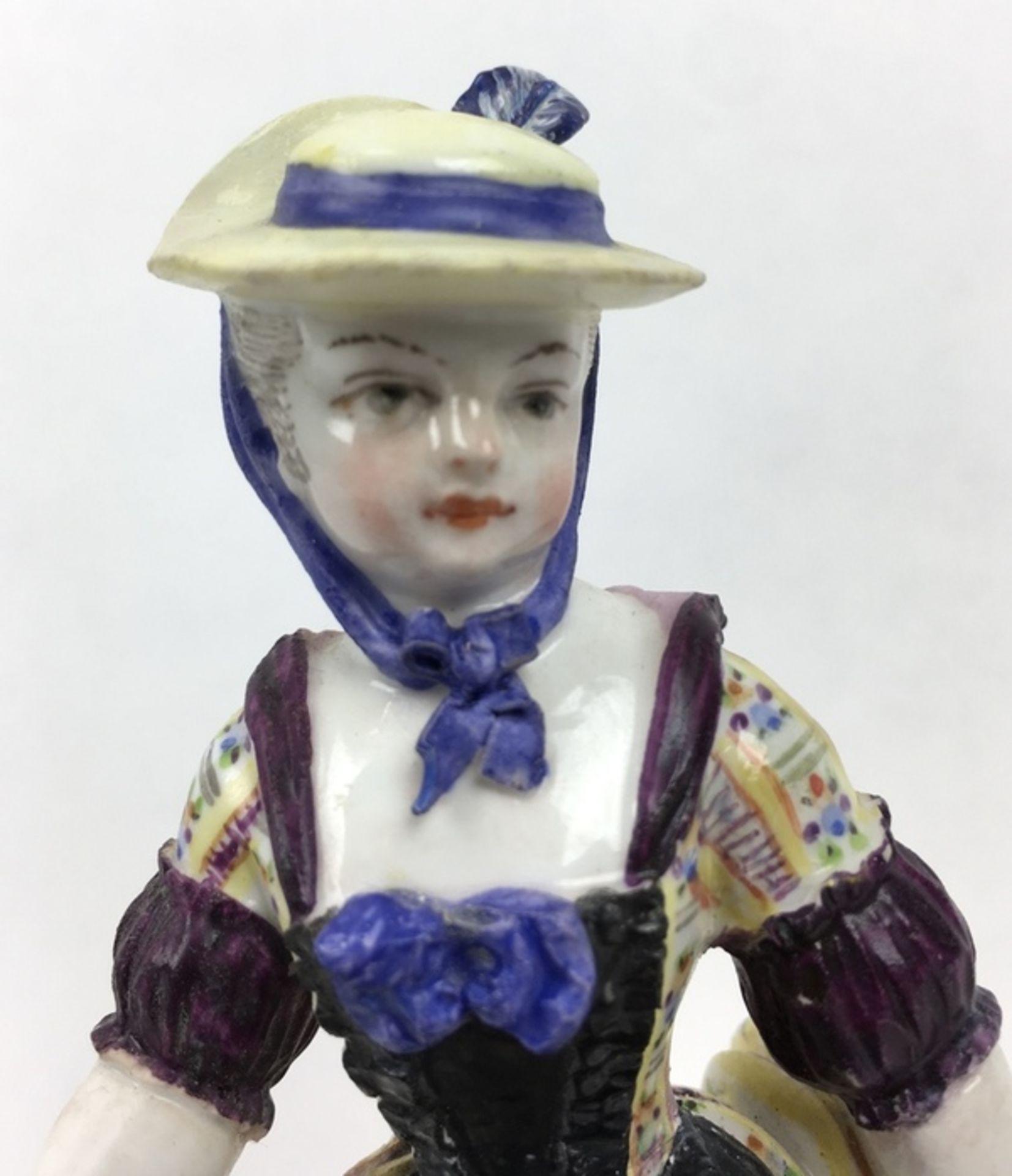 (Antiek) Vrouw, Meissen beeldMeissen porseleinen beeld van een vrouw, model F31. Aan de onderka - Image 2 of 9