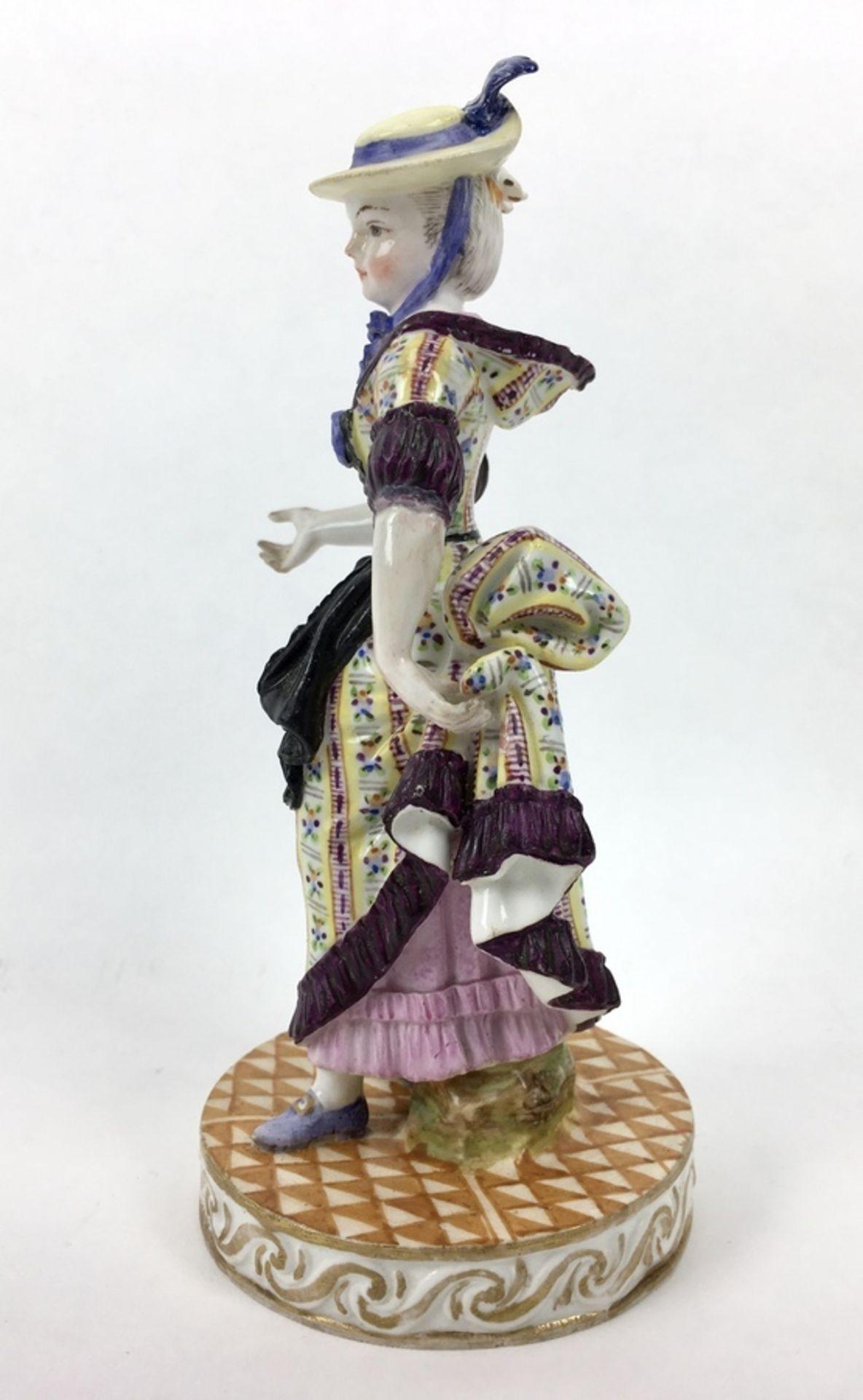 (Antiek) Vrouw, Meissen beeldMeissen porseleinen beeld van een vrouw, model F31. Aan de onderka - Image 3 of 9