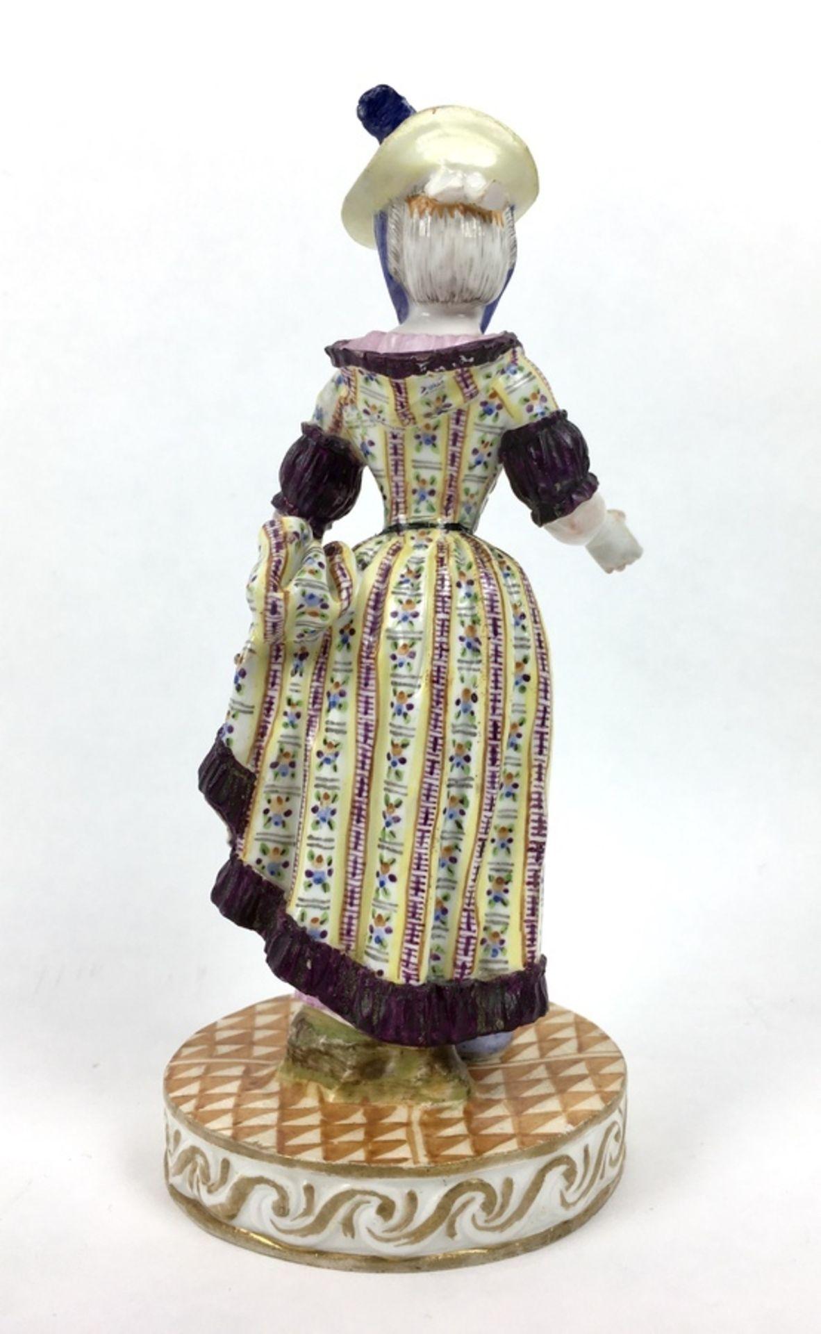 (Antiek) Vrouw, Meissen beeldMeissen porseleinen beeld van een vrouw, model F31. Aan de onderka - Image 6 of 9