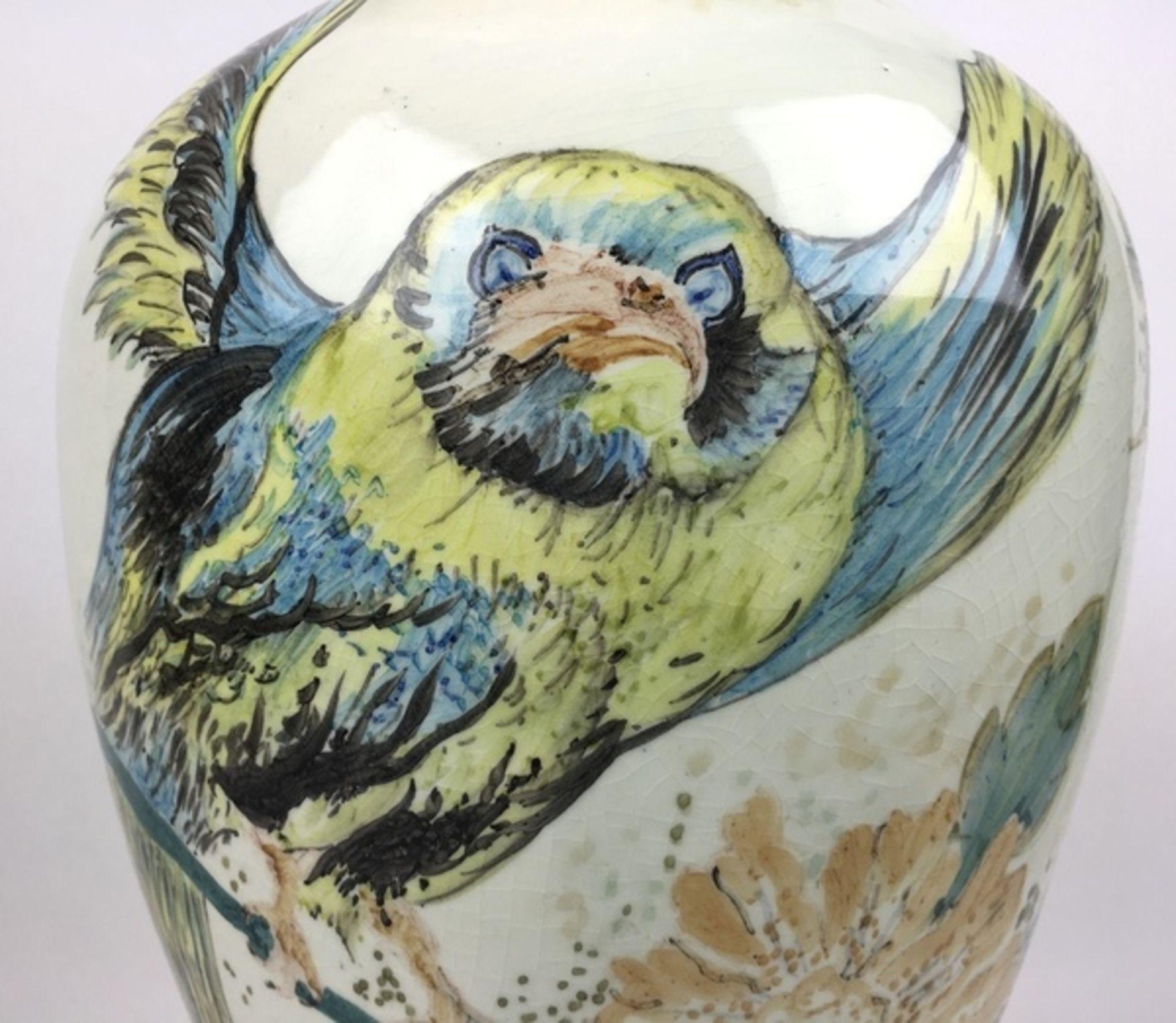 (Toegepaste Kunst) Plateel vaas, Gouda HollandPolychroom gedecoreerde vaas. Gemerkt Gouda Holla - Image 5 of 9