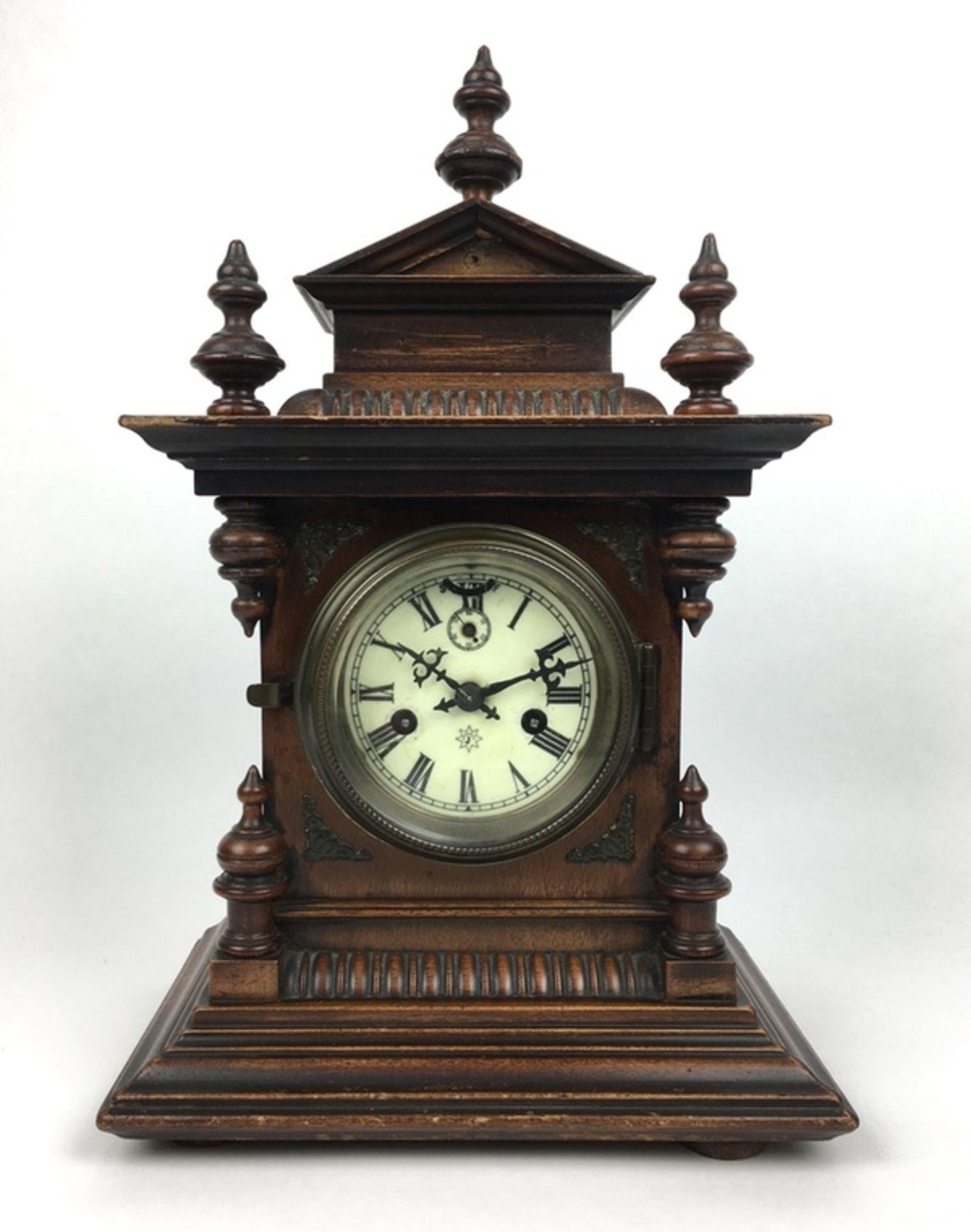 (Antiek) Tafelklok, JunghansHouten tafelklok met Junghans uurwerk en wekker. Emaille wijzerplaa