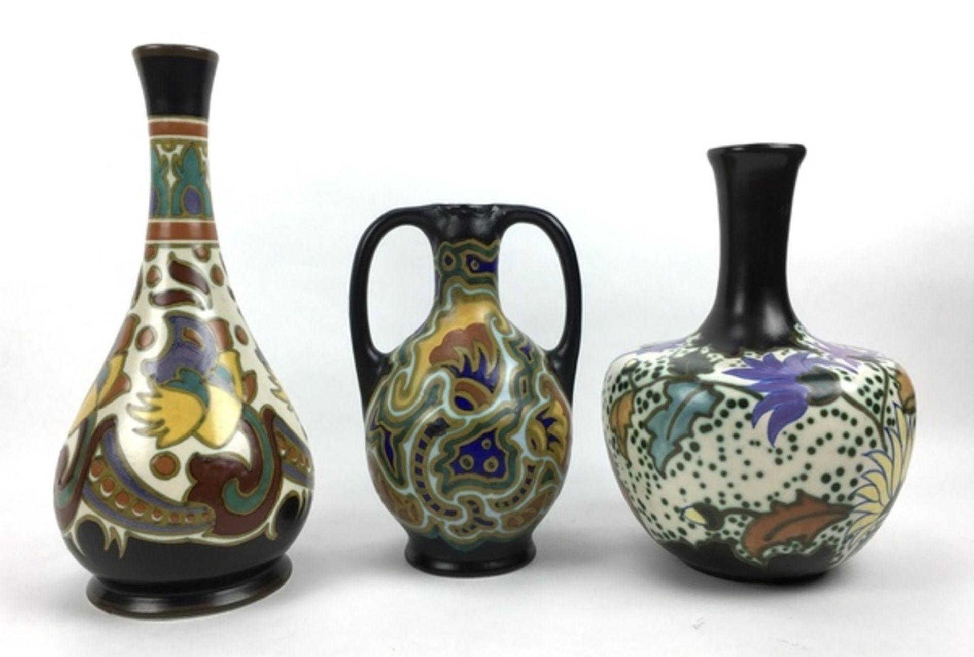 (Toegpaste kunst) Plateel vazen, La Céramique Montoise en Gouda Zuid-HollandDrie verschillende