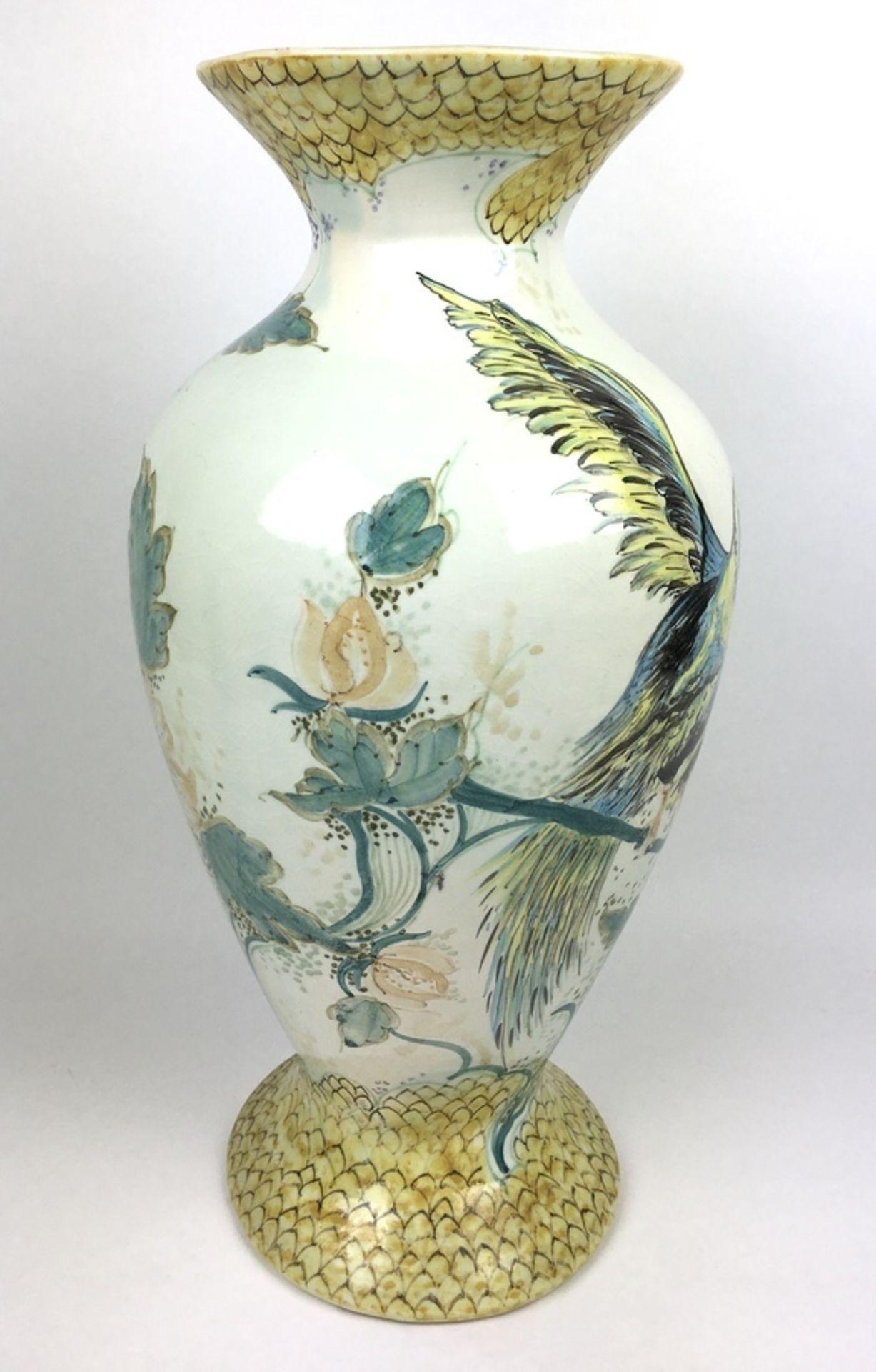 (Toegepaste Kunst) Plateel vaas, Gouda HollandPolychroom gedecoreerde vaas. Gemerkt Gouda Holla - Image 2 of 9