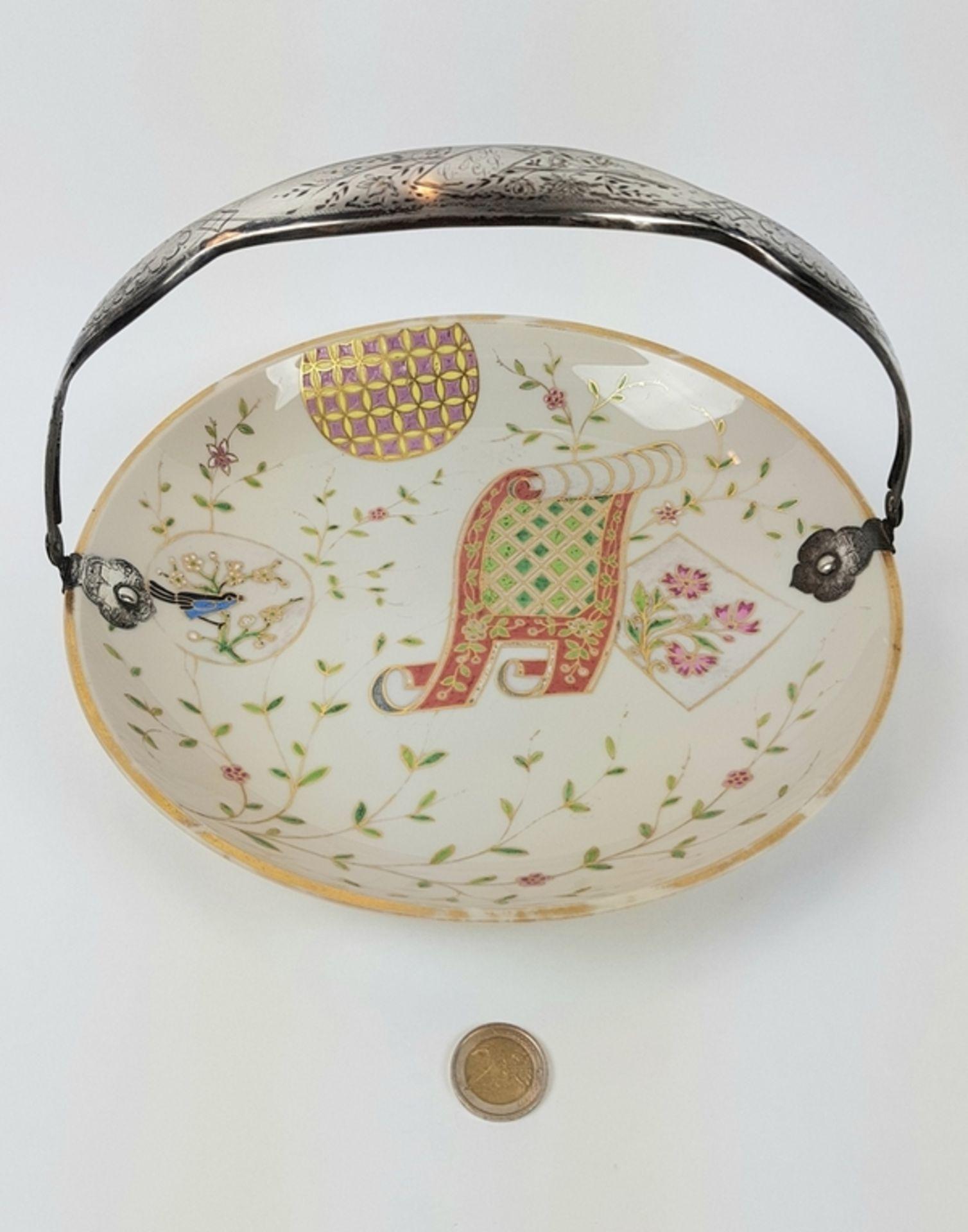 (Antiek) Serveerschaal met zilveren hengselBeschilderde opaline schaal met zilveren hengsel, ci - Image 3 of 8