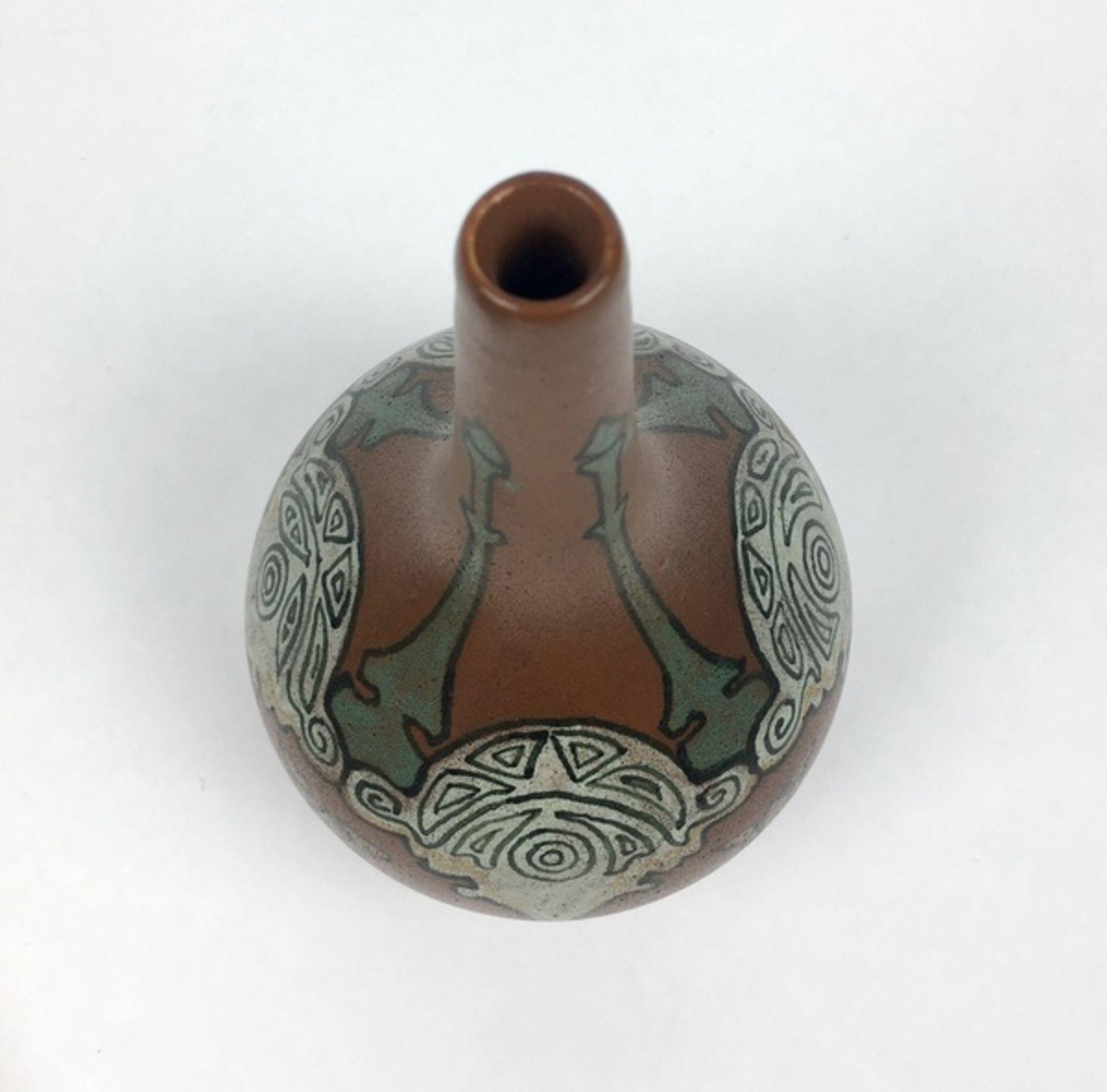 (Toegpaste kunst) Aardewerk vaas, Nienhuis De Distel AmsterdamGeglazuurde aardewerk vaas, gemaa - Image 5 of 5