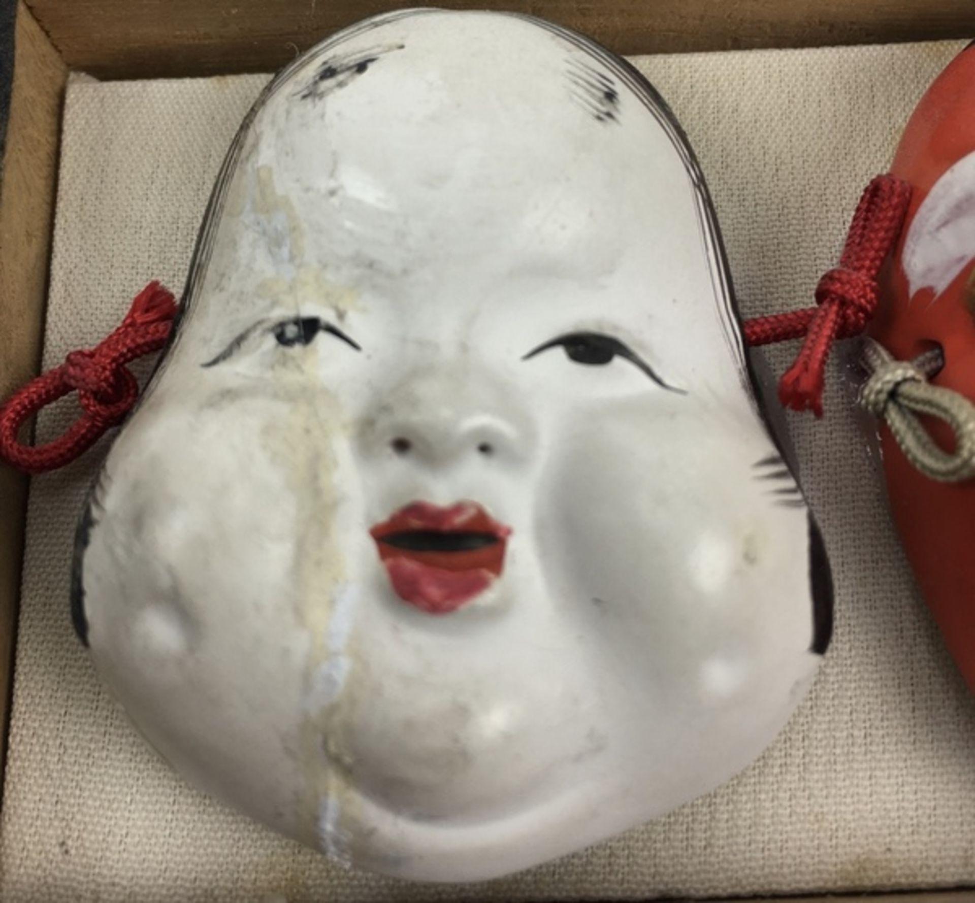 (Curiosa) Divers lotDivers lot met een Russisch lakdoosje en vier Japanse maskers in een doosje - Bild 6 aus 6