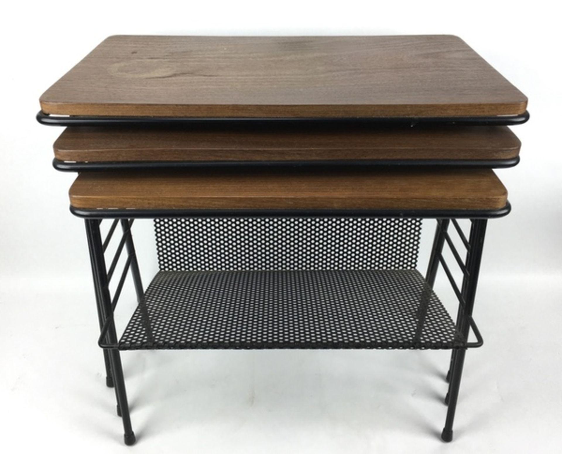 (Design) BijzettafelsSet van drie nestende bijzettafels, draad met hout. Kleinste tafel met gep - Image 3 of 3