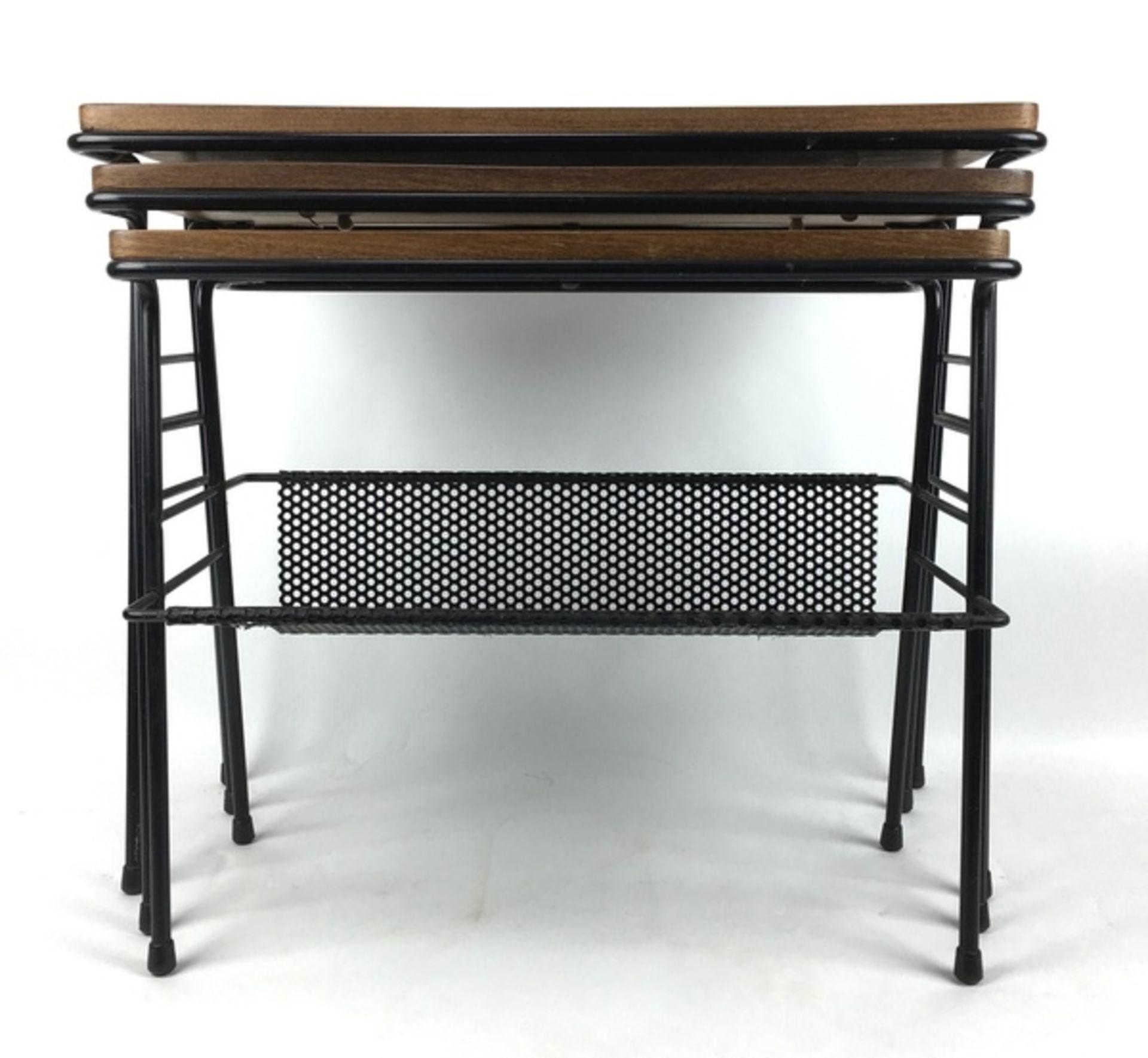 (Design) BijzettafelsSet van drie nestende bijzettafels, draad met hout. Kleinste tafel met gep - Image 2 of 3