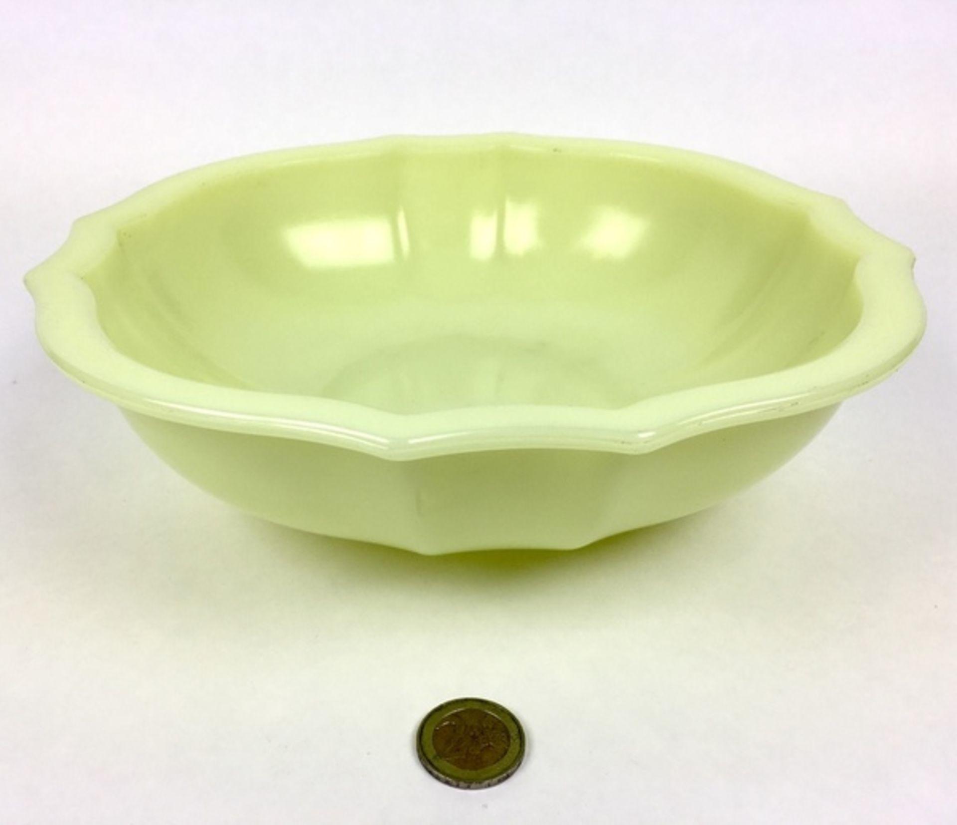 (Toegpaste kunst) Gele colopal plantenschaal, A.D. Copier Glasfabriek LeerdamGeschulpte gele co - Image 3 of 5