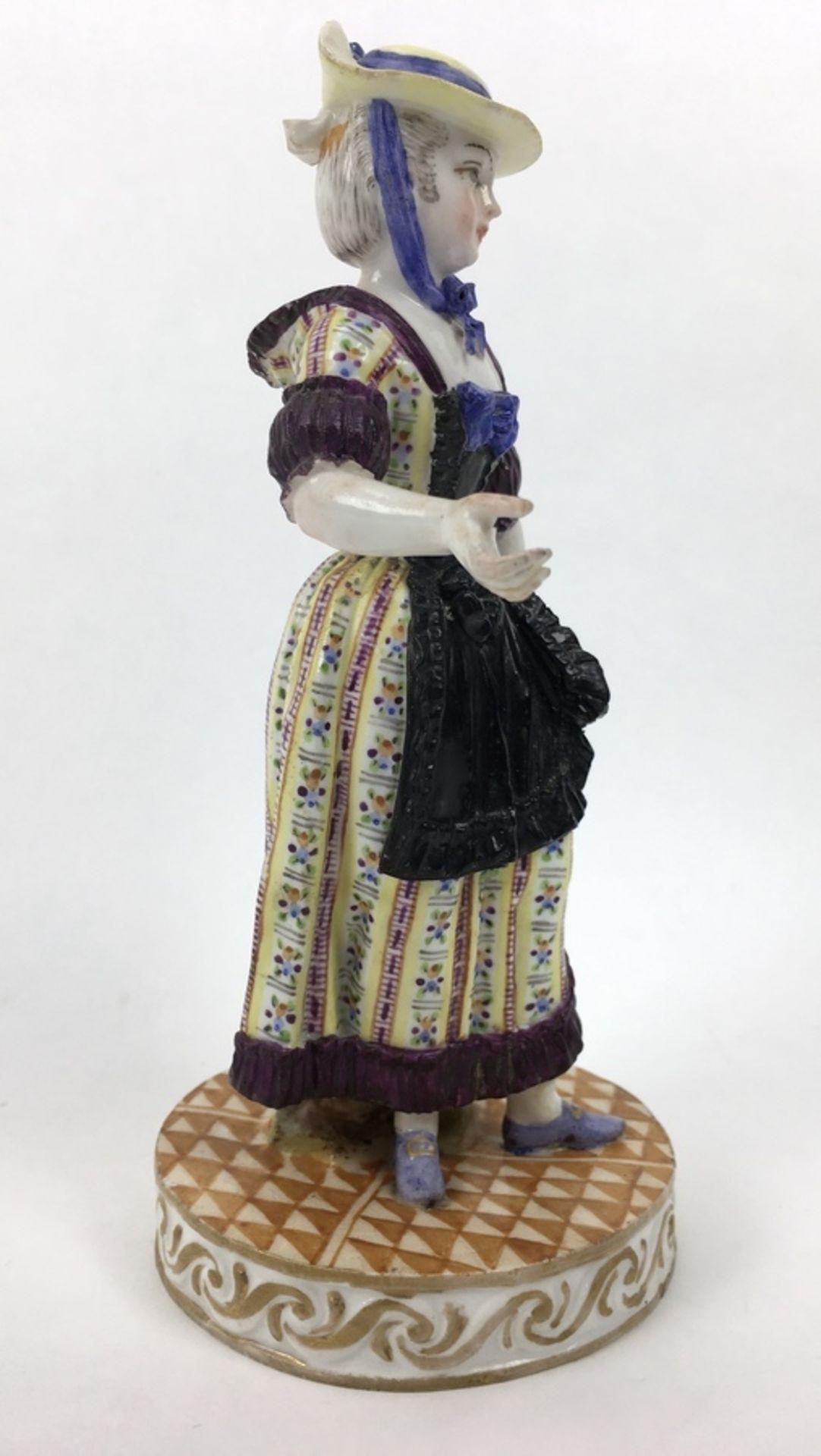 (Antiek) Vrouw, Meissen beeldMeissen porseleinen beeld van een vrouw, model F31. Aan de onderka - Image 4 of 9