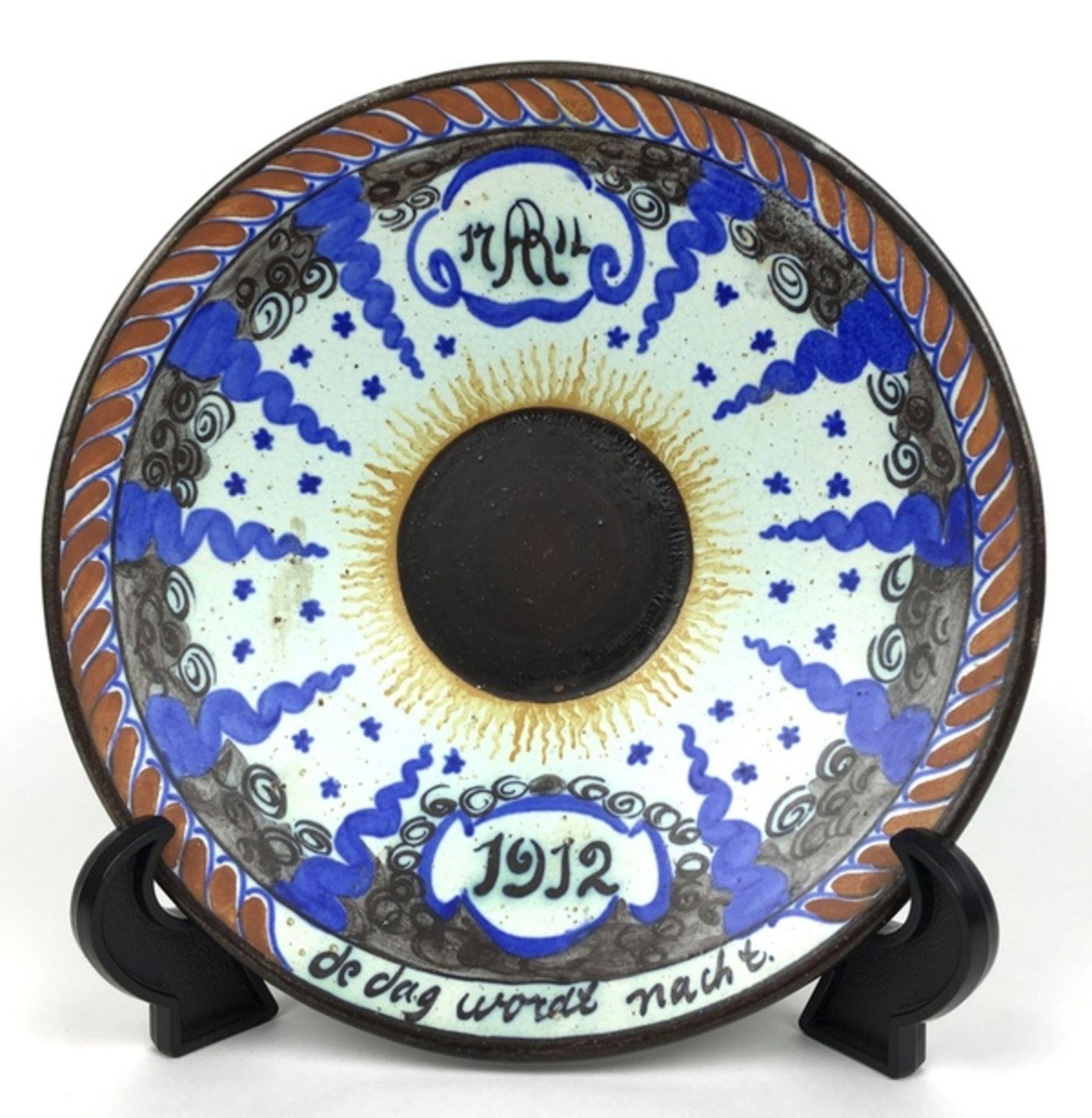 (Toegpaste kunst) Bord, Potterij RembrandtHerinneringsbord zonsverduistering 17 april 1912. Pot