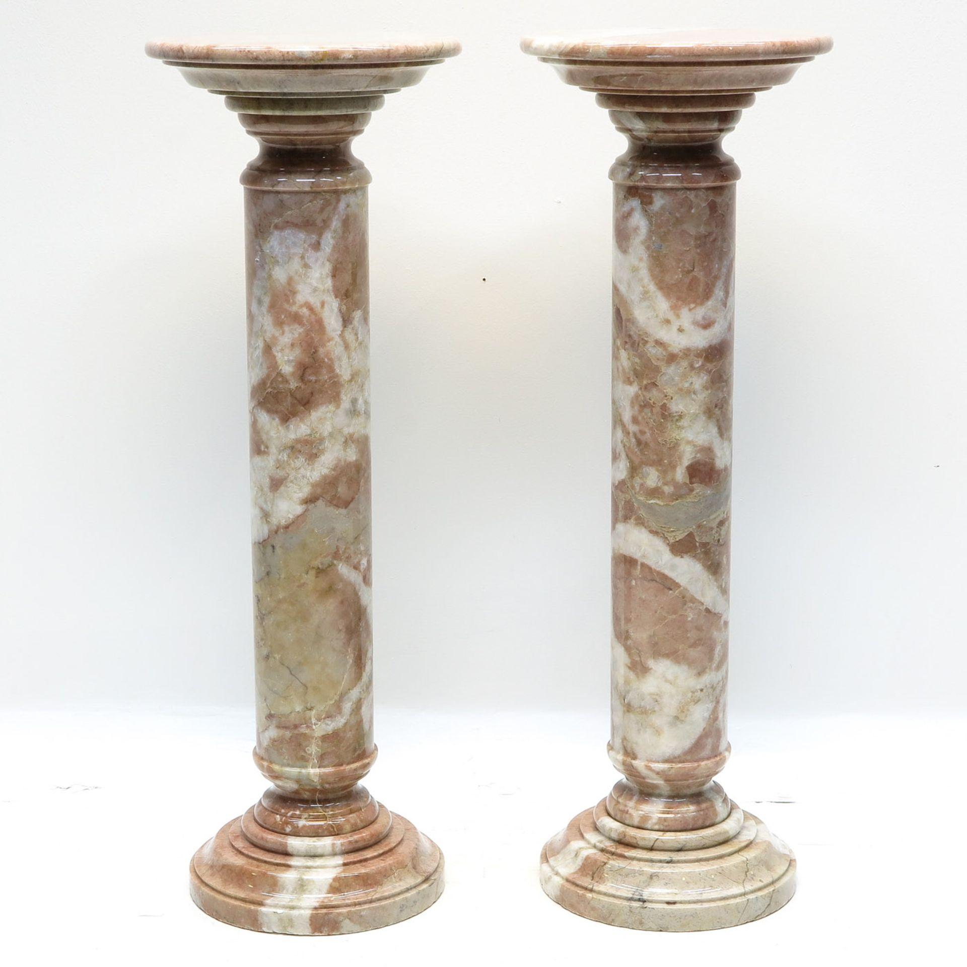 Los 1053 - A Pair of Marble Pedestals