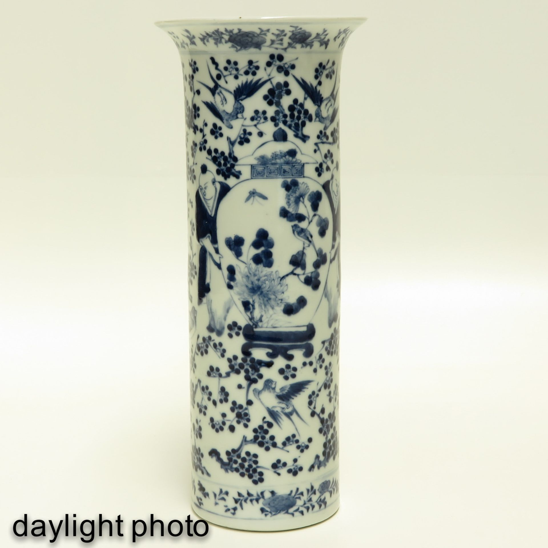 Los 7007 - A Pair of Blue and White Vases