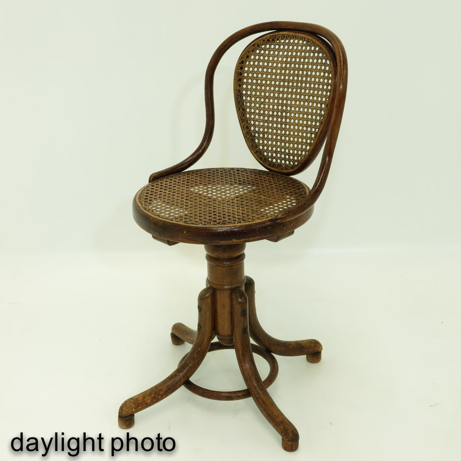 Los 1166 - A Rotating Thonet Office Chair