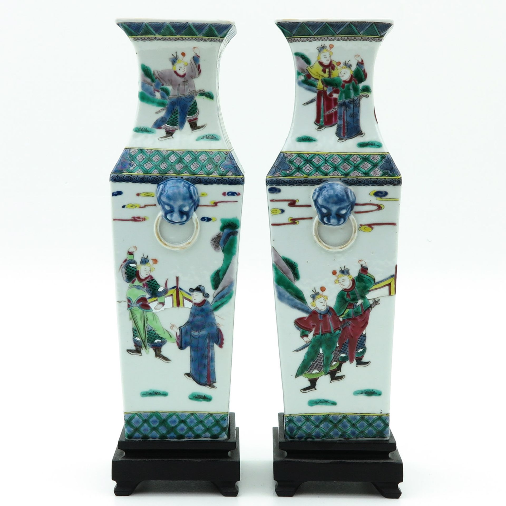 Los 7049 - A Pair of Square Vases on Wood Base