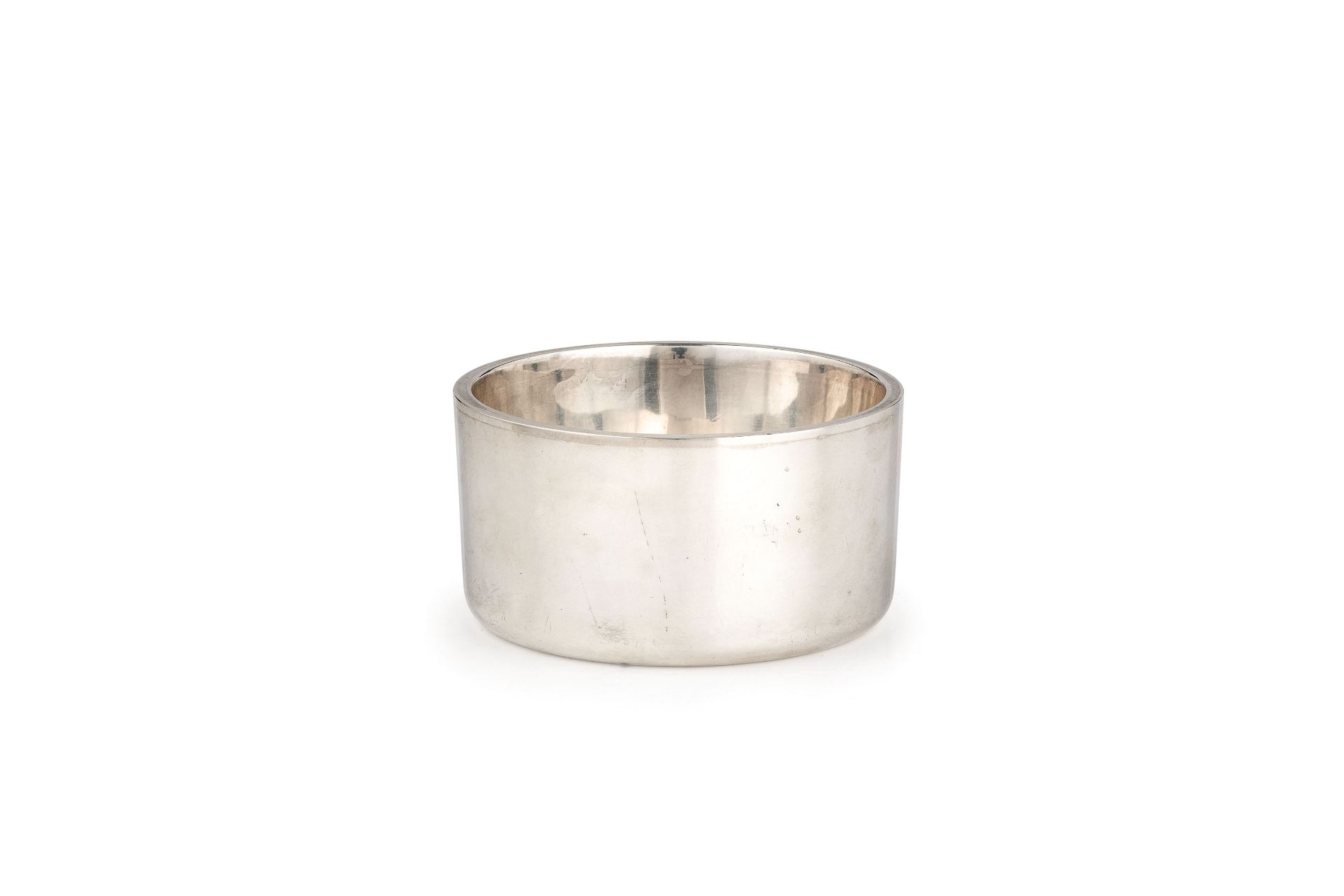 Los 67 - di forma cilindrica a superficie liscia. Argento 950/1000; usureAlt. cm 5, diam. cm 10; peso gr...