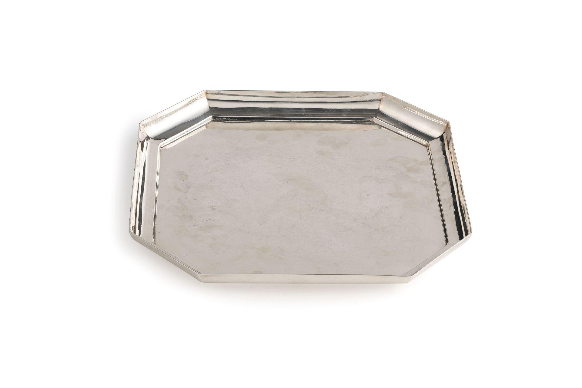 Los 63 - di forma ottagonale a superficie liscia. Argento 958/1000; usureAlt. cm 2,5, larg. cm 30; peso gr...