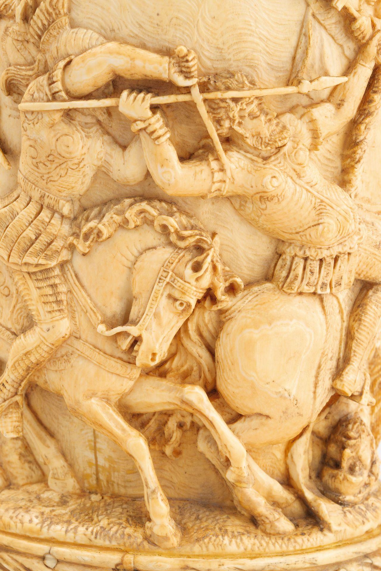 Los 258 - di forma cilindrica, raffigurante una scena di battaglia, manico sagomato; difettiAlt. cm 17,...