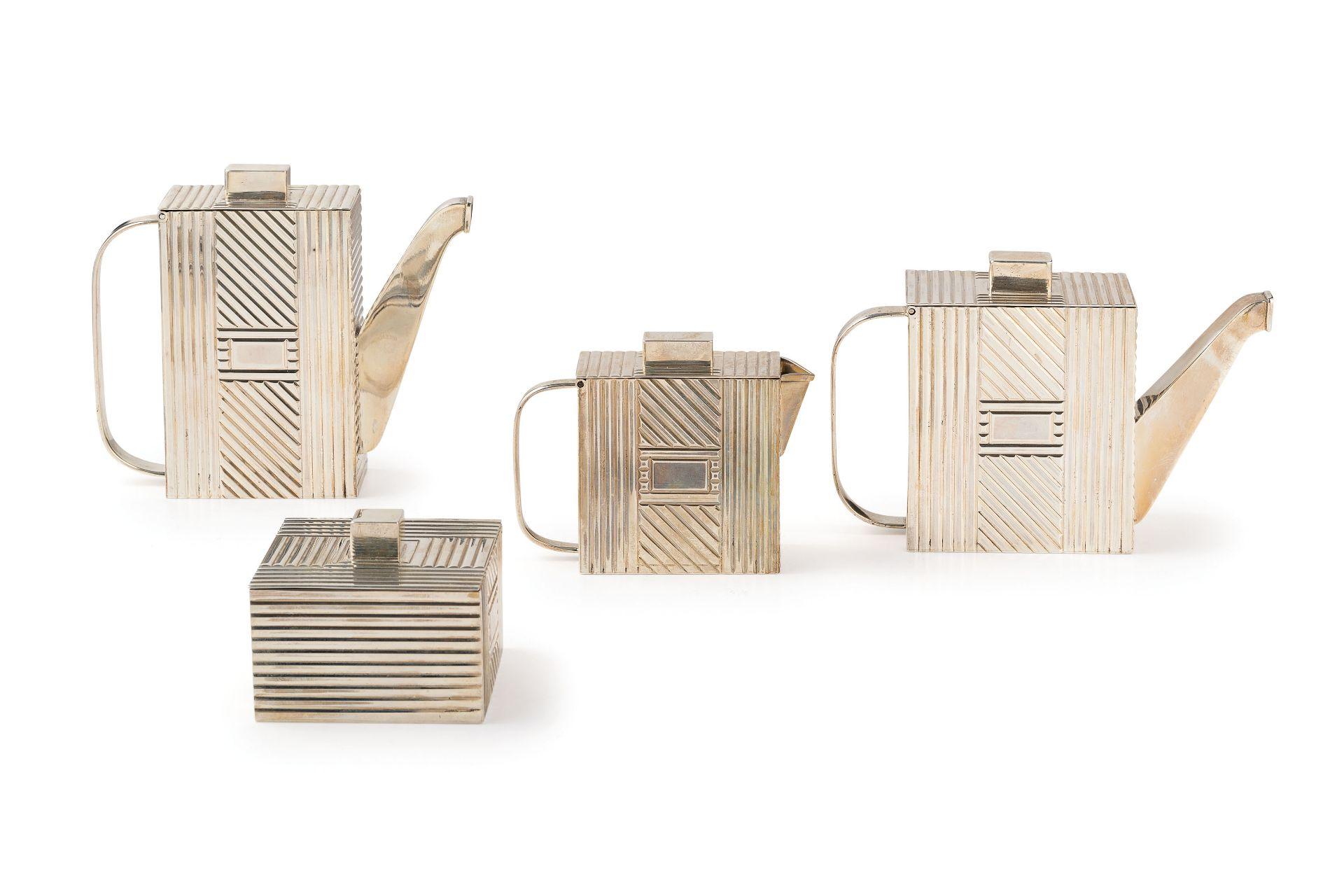 Los 9 - composto da una caffettiera, una teiera, una zuccheriera ed una zuccheriera. Argento 925/1000;...