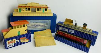 Hornby Dublo Buildings & Accessories Assortment - All Boxed. P&P Group 2 (£18+VAT for the first