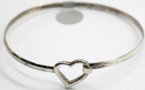 Modern silver heart bangle. P&P Group 1 (£14+VAT for the first lot and £1+VAT for subsequent lots)
