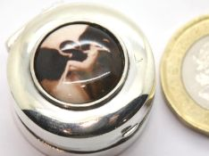 925 silver pill box with nude enamel, D: 2 cm. P&P Group 1 (£14+VAT for the first lot and £1+VAT for