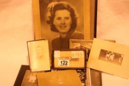 Mixed vintage photographs including Victorian. P&P Group 1 (£14+VAT for the first lot and £1+VAT for