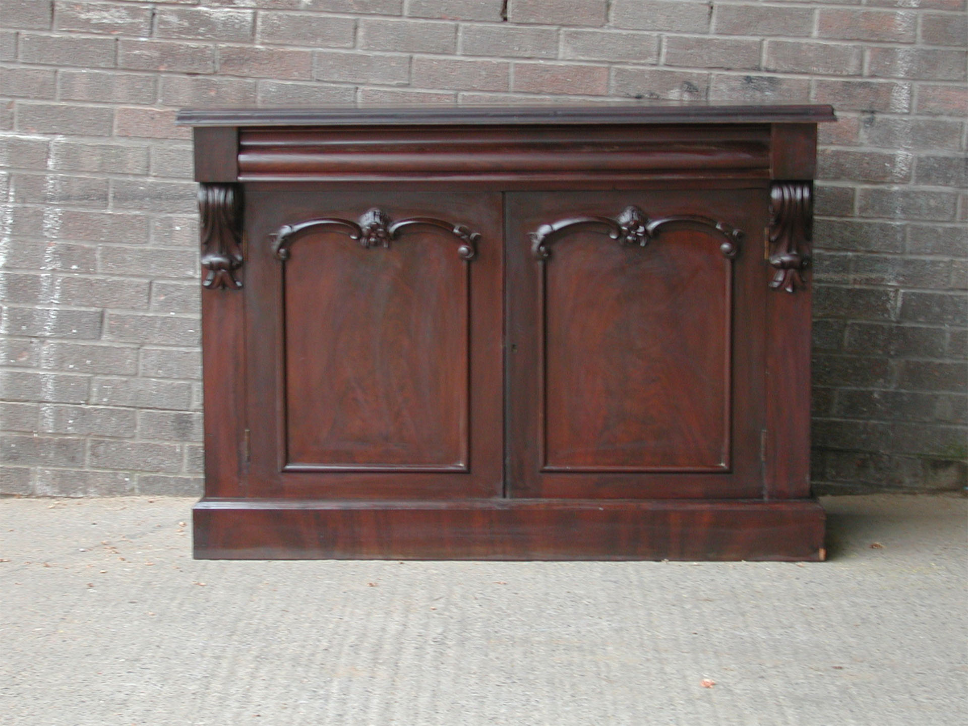 Lot 32 - *MAHOGANY VENEERED CHIFFONIER, EARLY 1900S. HEIGHT 915MM (36IN) X WIDTH 1300MM (51.25IN) X DEPTH
