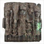 Bronzewandrelief BeninVielfiguriges Wandrelief aus dem Benin. Im Zentrum Krieger mit Schwert. Bronze