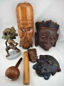 Konvolut7 Teile, 4 Masken aus Holz, Keramik Skulptur, Holzrassel. Neuzeitlich Kunstgewerblich.