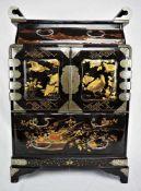 Kabinettschränkchen China 19. Jh.Kropus schwarze Lackmalerei mit diversen Chinoiserien. Oberteil 2