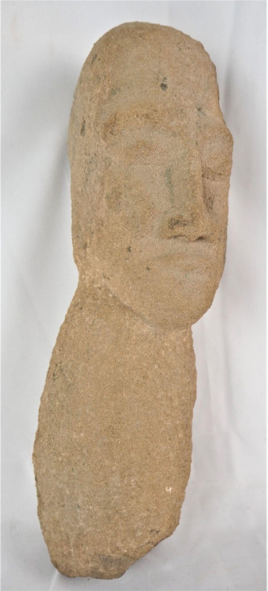 Los 369 - Steinskulptur AfrikaMenschliche Figur, Torso und Kopf. H. 35cm., B. 10cm.Stone sculpture...