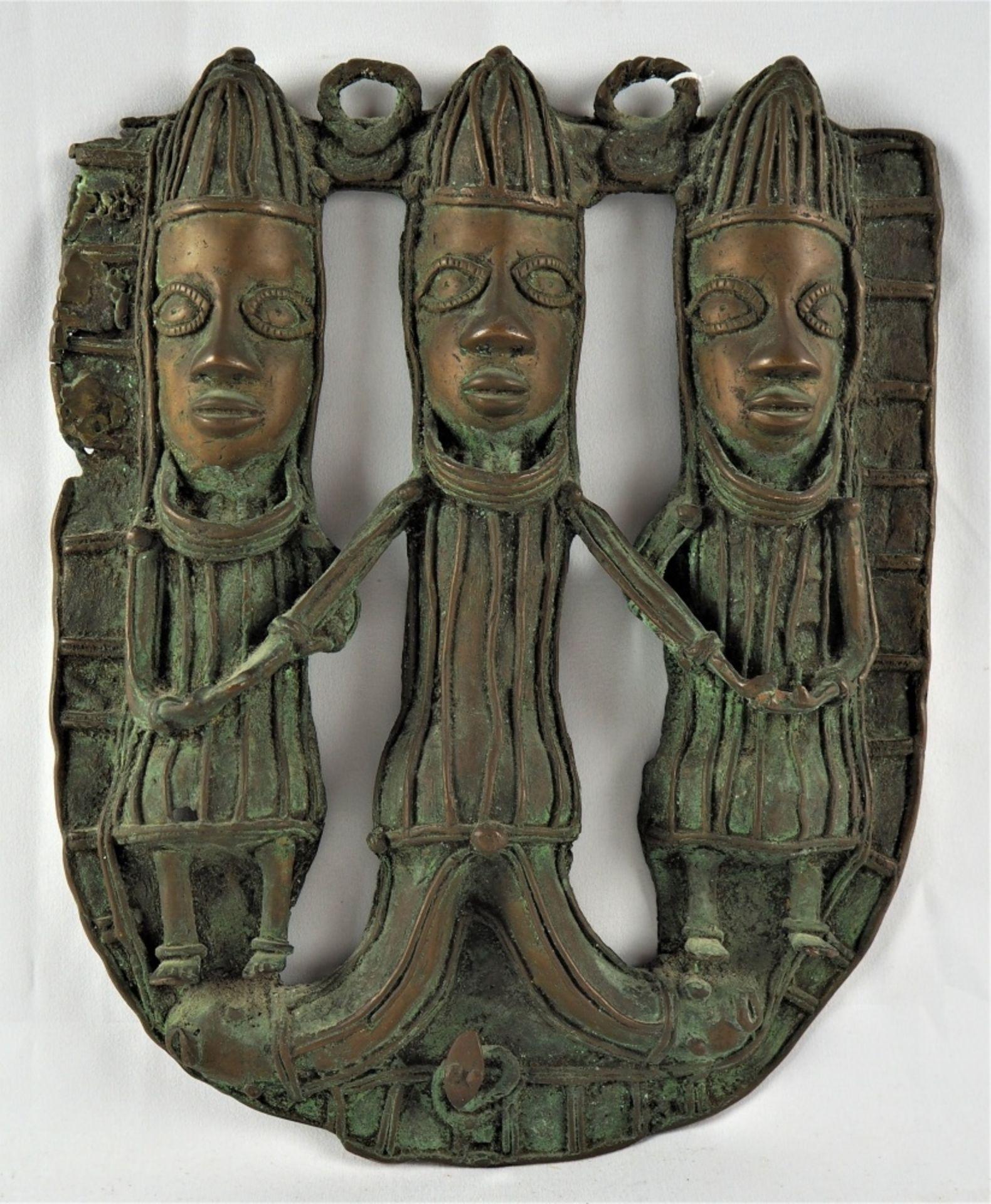 Los 368 - Bronzerelief Benin3-figuriges Bronzerelief aus dem Benin, halbplastische Darstellung,...