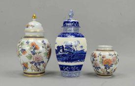 Kaiser-Porzellan, 1 Deckelvase, und 1 Vase; anbei 1 Deckelvase (England), Steingut; Höhe 17,5 cm -