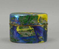 Deckeldose (Studioglas), ovale Form, mit farbigen Einschmelzungen - partiell irisierend, Entwurf: