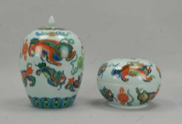 2 Porzellangefäße, jeweils mit Drachendekor (nach chinesischem Vorbild): 1 Deckelvase, und 1