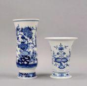 Meissen, 2 Porzellanvasen: 1 Trompetenvase, 2-gestrichen, mit Distelmuster; und 1 Trichtervase, 3-