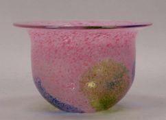 Kosta Boda, Vase, Klarglas mit blau-grünen und rosafarbenen Aufschmelzungen, Entwurf: Bertil