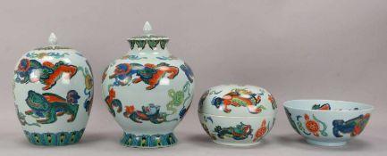 4 Porzellangefäße, jeweils mit Drachendekor (nach chinesischem Vorbild): 2 Deckelvase, 1
