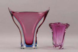 """2 Vasen, dickwandiges Glas, mit violettem Überfang; 1x Höhe 19,5 cm, und 1x Höhe 31,5 cm"""""""""""""""""""