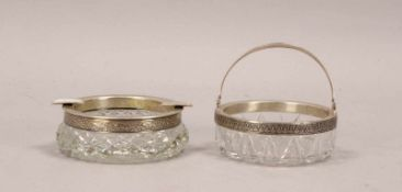 2 Glasgefäße (Russland), geschliffenes Kristallglas: 1 Aschenbecher und 1 Henkenschale, jeweils