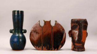 Kleines Konvolut Künstler-Keramikvasen, unterschiedliche Ausführungen, jeweils signiert, 3 Stück/